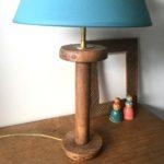 lampe bobine abat jour turquoise plan rapproché