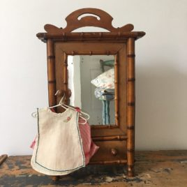 armoire de poupée ancienne