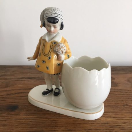 petite fille avec oeuf porcelaine