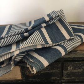 toile à matelas bleu et blanc rayée