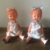 paire de poupées vintage assises